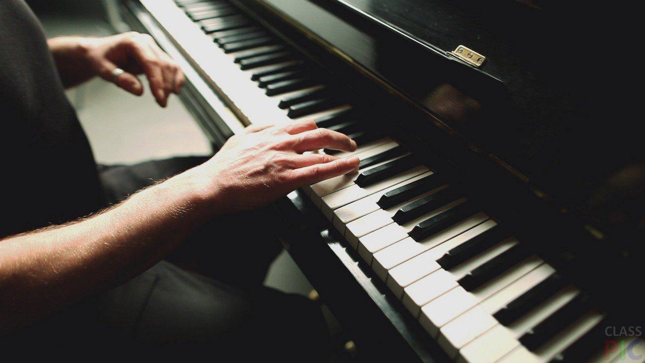 Muzhchina-igraet-na-pianino